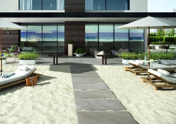 Foto Anwendungsbeispiel Von Feinsteinzeug Terrassenplatten, Gehweg, Trocken Verlegt Auf Sand Und Strand