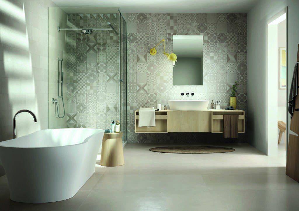Foto Bad mit geschmackvoller Boden- und Wandfliesenkombination